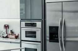 Jak często należy czyścić lodówkę, pralkę, piekarnik? Czyszczenie urządzeń AGD, o których myciu często zapominamy