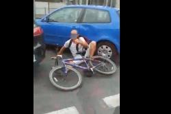 Rowerzysta wydmuchał ponad 3 promile! Uszkodził dwa zaparkowane samochody