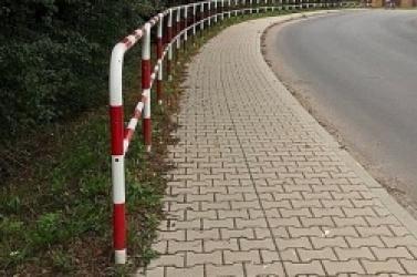 Bezsensowne barierki wzdłuż ul. Biskupińskiej? Takie mamy prawo