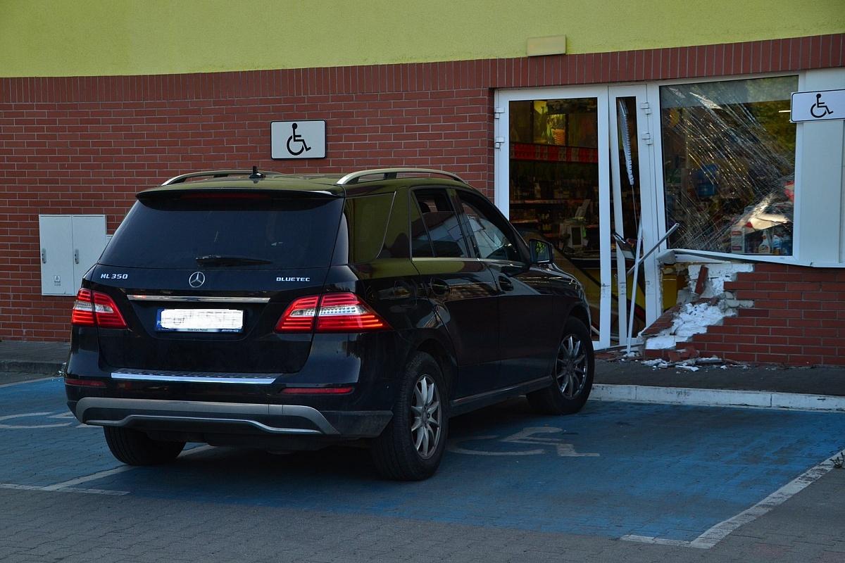 Wjechał w Biedronkę przy ul. Paczkowskiego