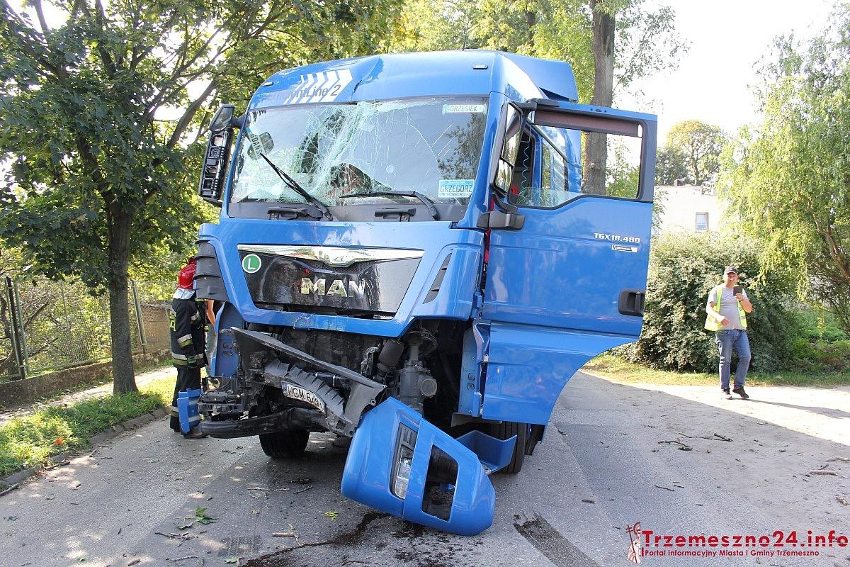 Wypadek ciężarówki w Trzemesznie! Auto z ogromną siłą uderzyło w drzewo!