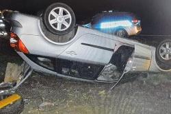 Pijany bez uprawnień dachował autem i uciekł