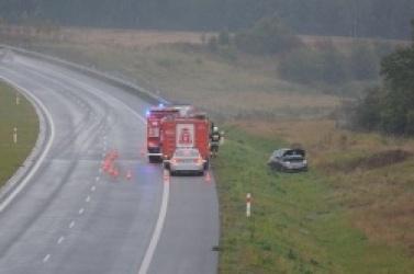 Fiat 500 wypadł z drogi ekspresowej S5