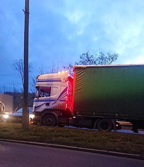 Zderzenie osobówki i ciężarówki na Trasie Zjazdu Gnieźnieńskiego