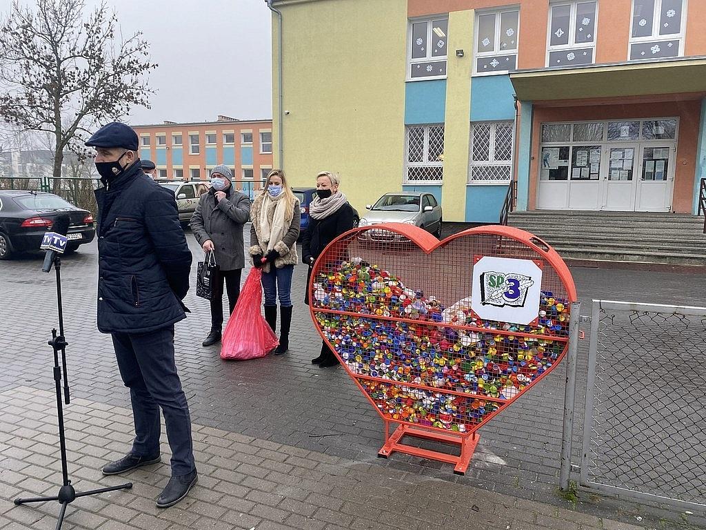 Ekologiczne i charytatywne serca na nakrętki pojawiły się w Gnieźnie