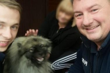 Policjanci złapali błąkającego się psa. Szybko odnaleźli jego właścicielkę
