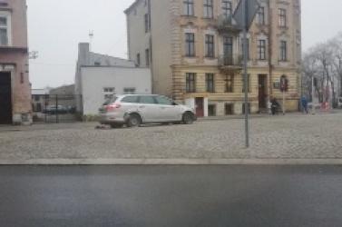 Pijany kierowca spowodował kolizję w centrum Gniezna! Auto wpadło na chodnik i uderzyło w kamienicę!