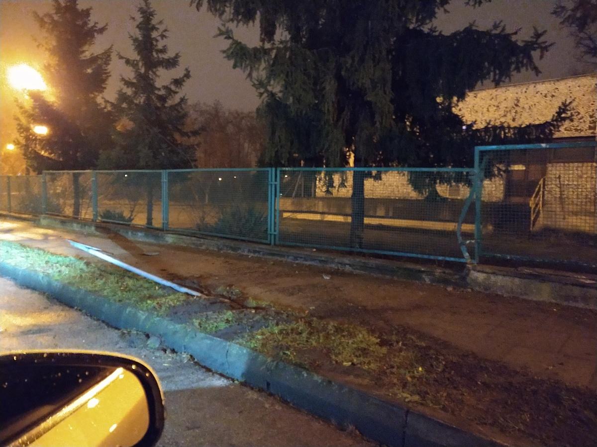 BMW wypadło z jezdni, ścięło znak i uderzyło w ogrodzenie posesji
