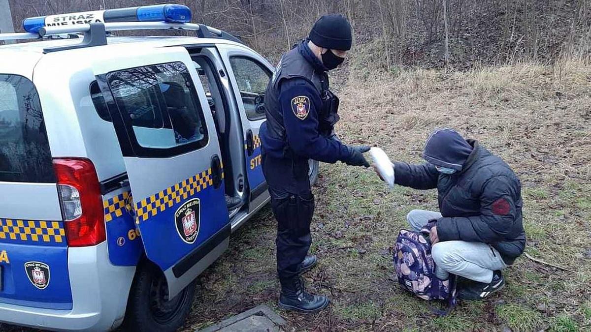 Strażnicy Miejscy pomagają osobom w kryzysie bezdomności