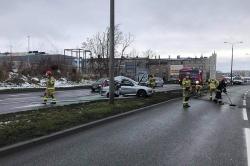 Kolejna ścięta lampa na Trasie Zjazdu Gnieźnieńskiego! Kierujący Peugeotem stracił panowanie nad pojazdem