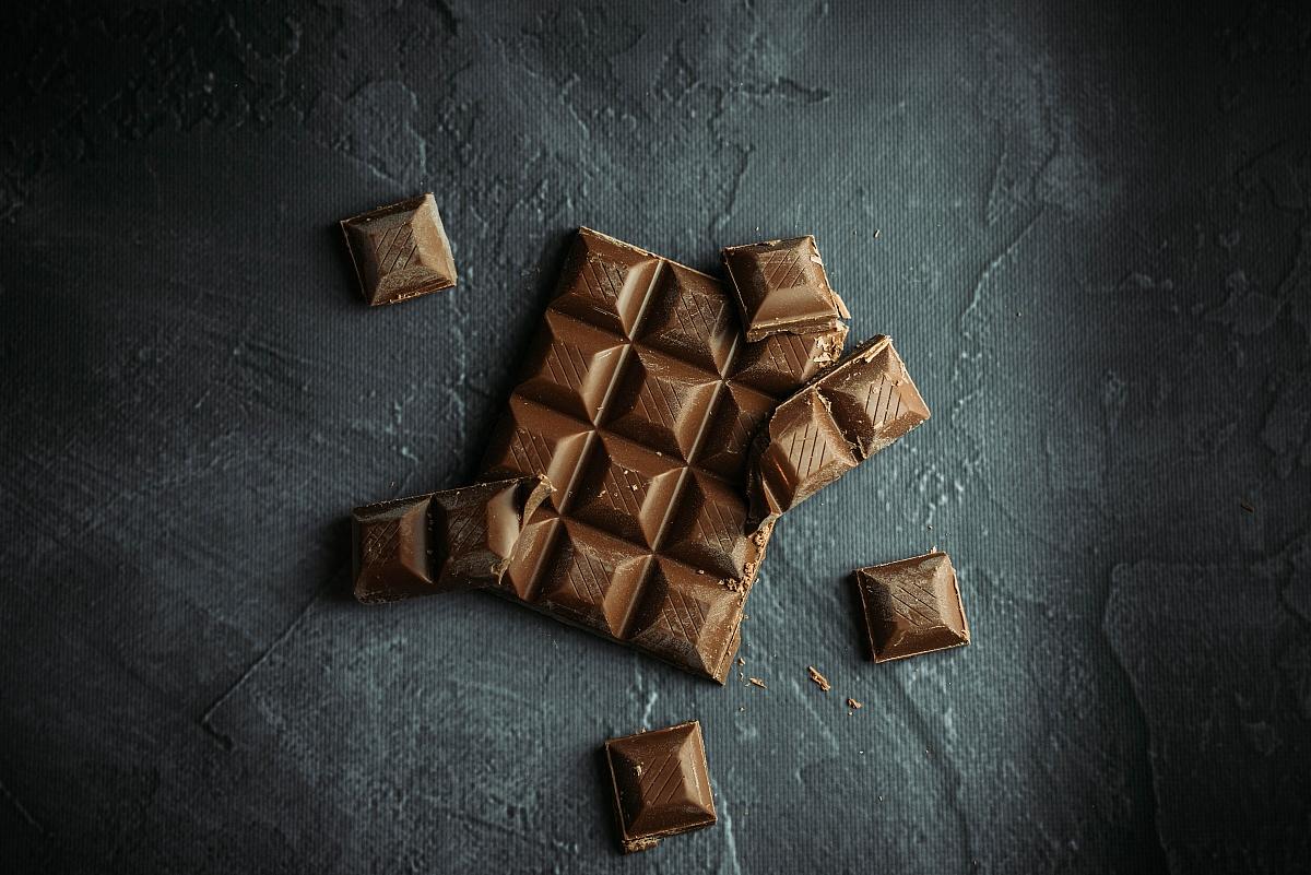 Szybkie ciasto czekoladowe jak z cukierni - dowiedz się, jak zrobić je w swoim domu!