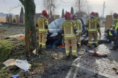 Poważny wypadek na wylocie z Gniezna! Auto z dużą siłą uderzyło w drzewo!