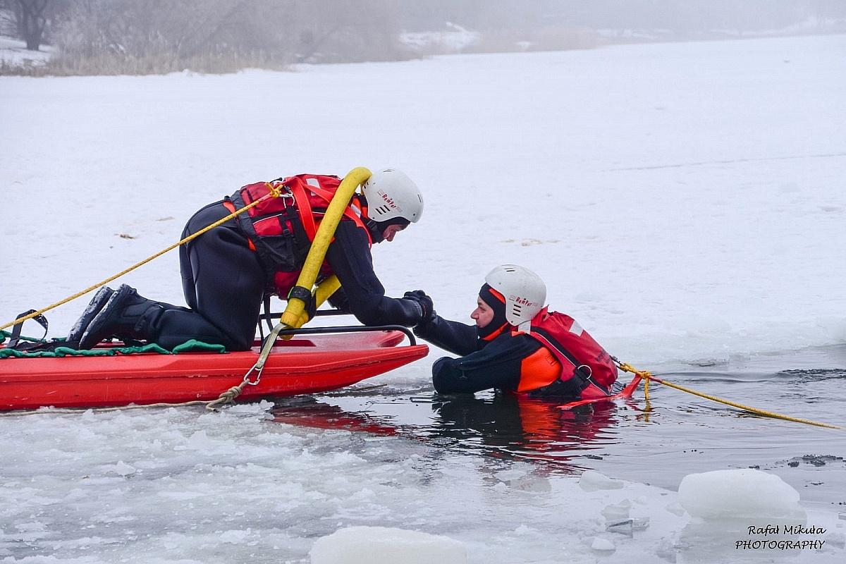 Strażacy apelują - nie wchodźcie na lód!