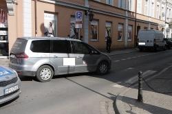 Policjanci zatrzymali prawo jazdy taksówkarzowi, który w centrum Gniezna potrącił 59-letnią kobietę