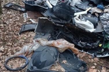 Właściciel komisu z ul. Poznańskiej wywiózł śmieci do lasu! Mimo nakazu, nie posprzątał dzikiego wysypiska!