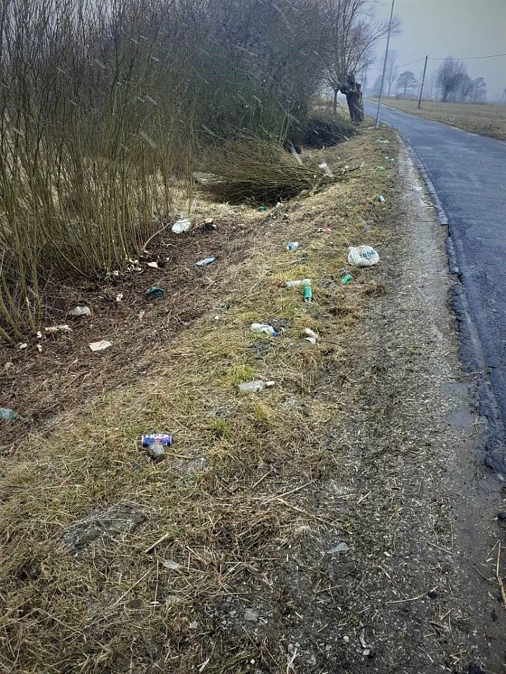 Ponad półtorej tony odpadów w przydrożnych rowach!