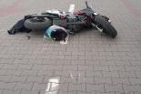Zderzenie motocyklisty z samochodem osobowym na parkingu przy Kauflandzie