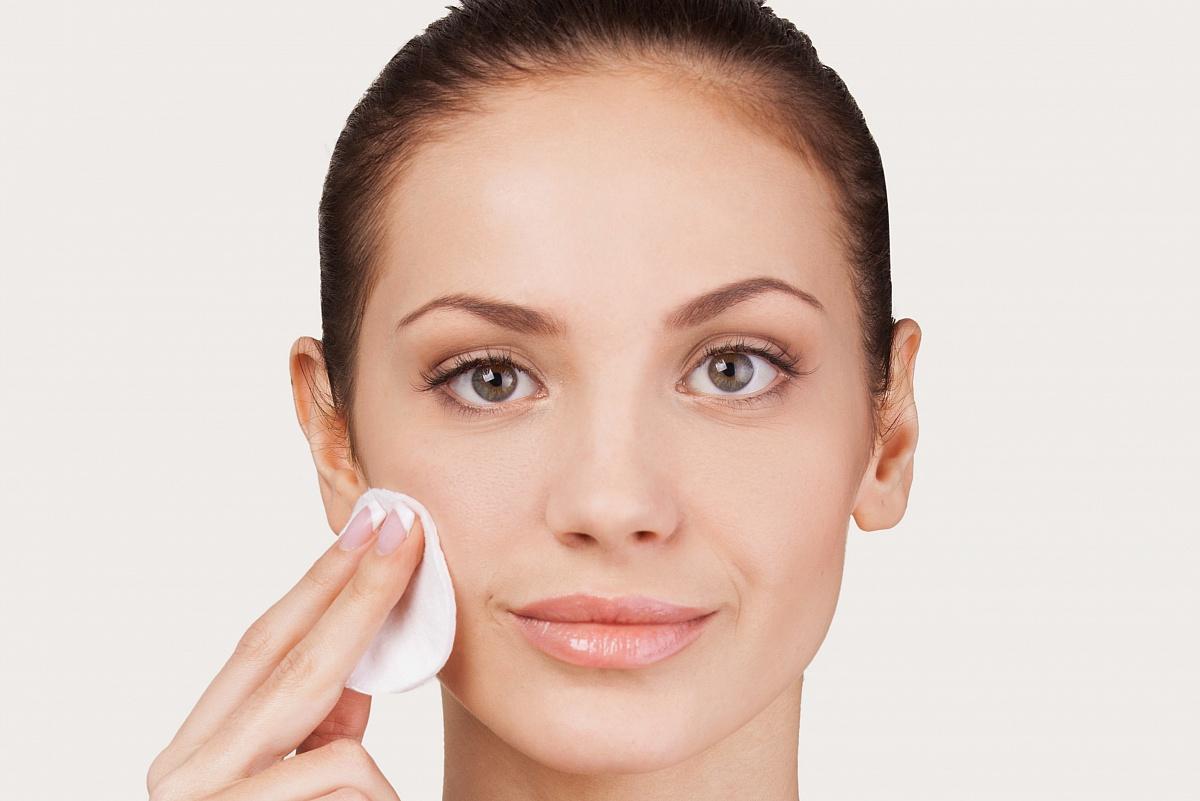 Jakich kosmetyków nie należy stosować, kiedy zmagamy się z trądzikiem pospolitym?