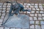 Królik hokeista bez ucha! Wandale uszkodzili figurkę w Parku Miejskim