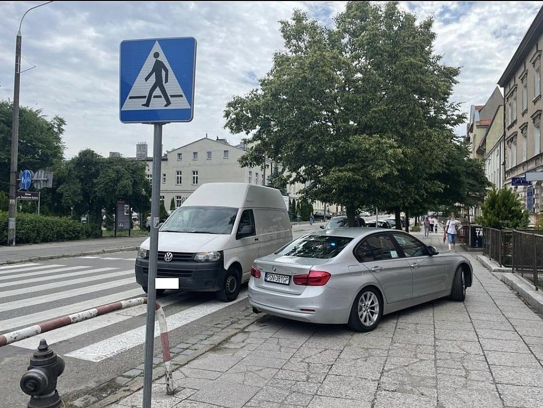 Pijany, bez prawa jazdy zaparkował busa na przejściu dla pieszych