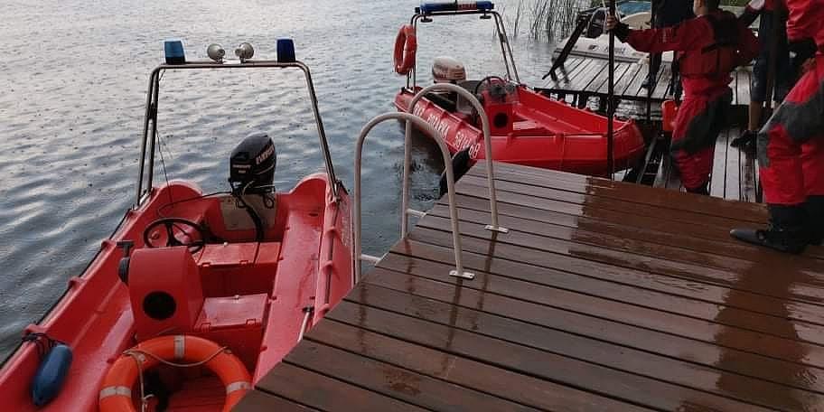 Utonięcie w Powidzu! Mężczyzna nie wypłynął na powierzchnię po skoku z łodzi