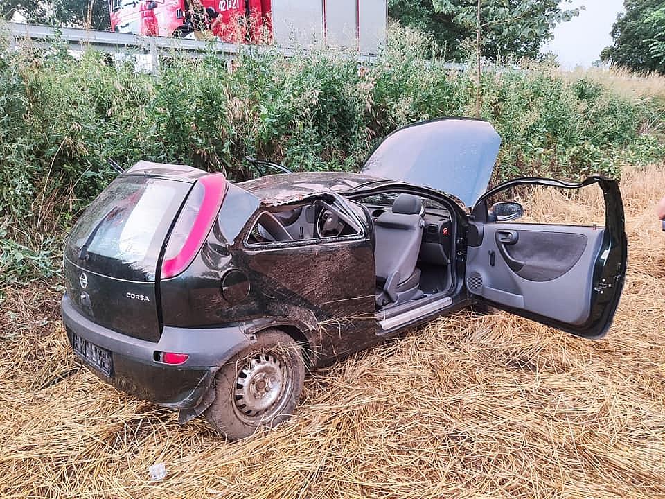 Wypadek w Działyniu! Auto przeleciało przez bariery energochłonne, uderzyło w drzewo i zatrzymało się na polu!