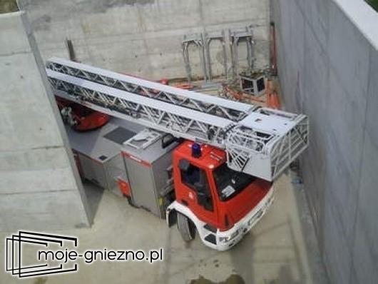 Pracownik budowlany spadł z rusztowania do silosu
