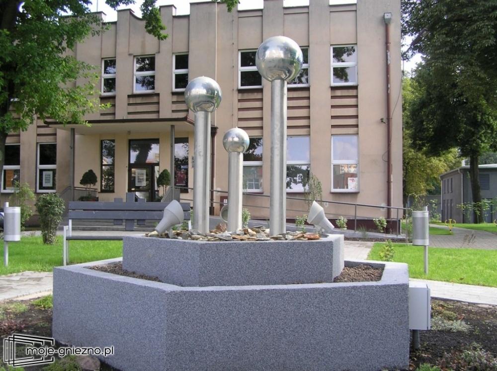 Zdewastowana fontanna przed eSTeDe