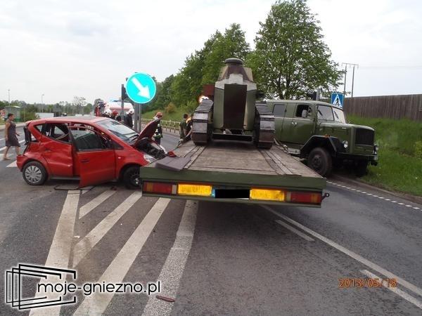 Mercedes zderzył się z czołgiem. Kierowca w szpitalu!