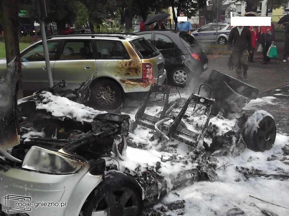 Doszczętnie spłonęło Audi A2. 3 samochody zostały nadpalone!
