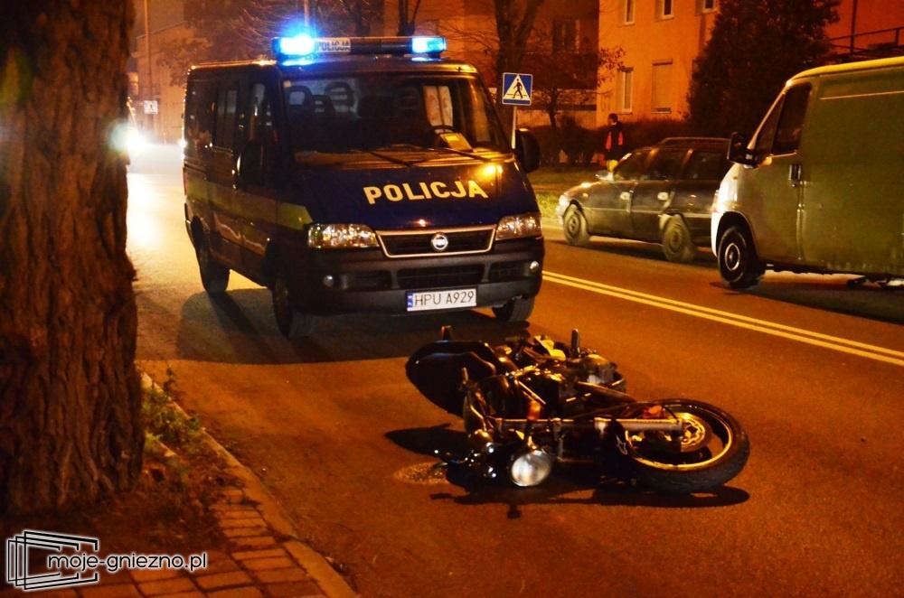 Zderzenie motocyklisty z osobówką. Jedna osoba w szpitalu!