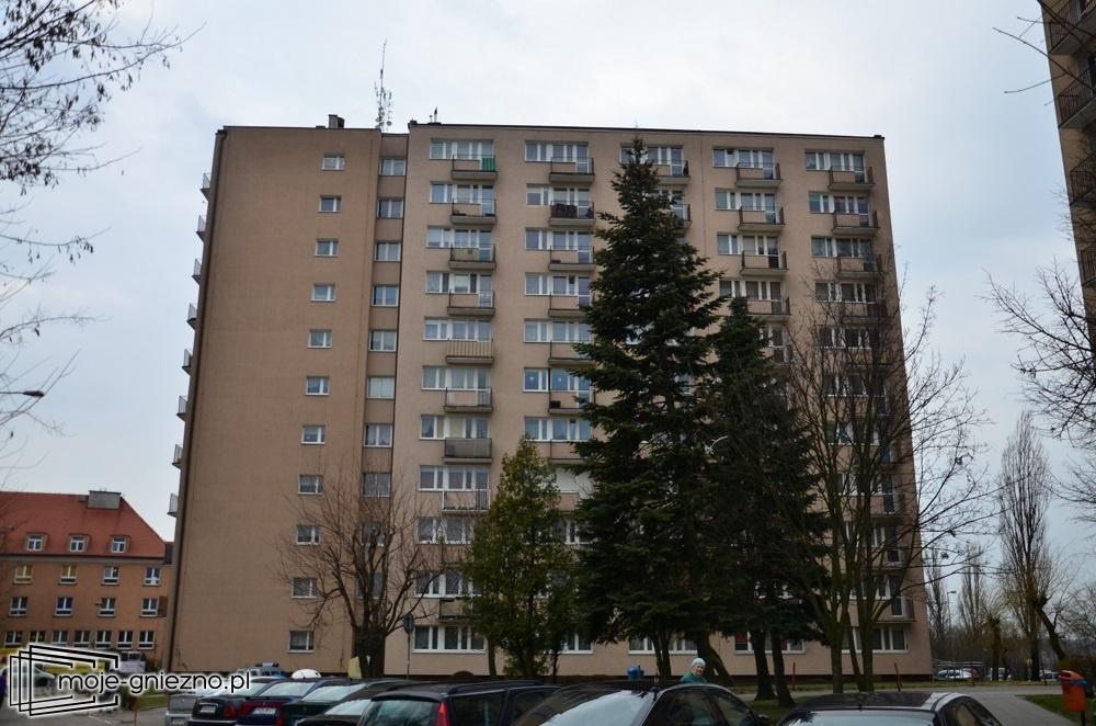 Próba samobójcza na ul. Sobieralskiego. Mężczyzna skoczył z 8-ego piętra