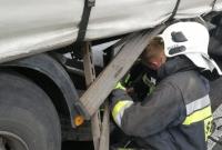 Wpadł w poślizg i uderzył w ciężarówkę!
