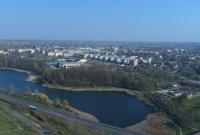 Gniezno z lotu ptaka: szpital, Jezioro Winiary, cmentarz, PWiK, McDonald's i basen