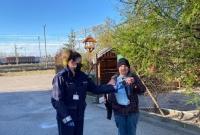 Gnieźnieńscy policjanci rozdają maseczki bezdomnym