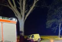 Samochód uderzył w drzewo! Jedna osoba w szpitalu