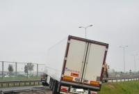 Ciężarówka wypadła z drogi i zawisła na skarpie