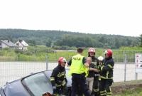 Opel z dużą prędkością wjechał do rowu! Kierowca był uwięziony w pojeździe!
