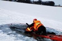 Ratowali człowieka, pod którym załamał się lód