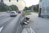 75-letni kierowca Audi wjechał w bariery oddzielające chodnik od jezdni!