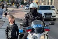Policjanci na motocyklach pilnowali bezpieczeństwa dzieci