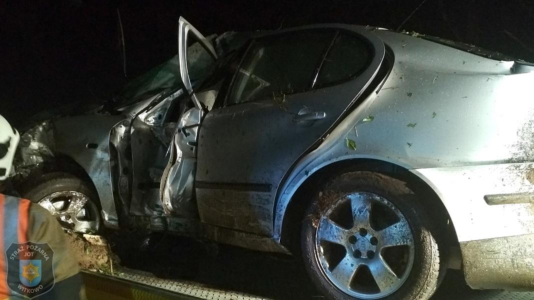 Skasował auto na drzewie! Siła uderzenia wyrwała z pojazdu silnik i akumulator