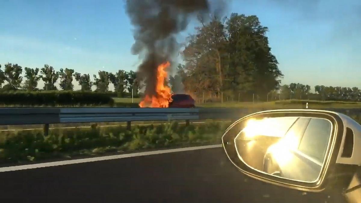 Pożar auta i wypadek na drodze ekspresowej S5