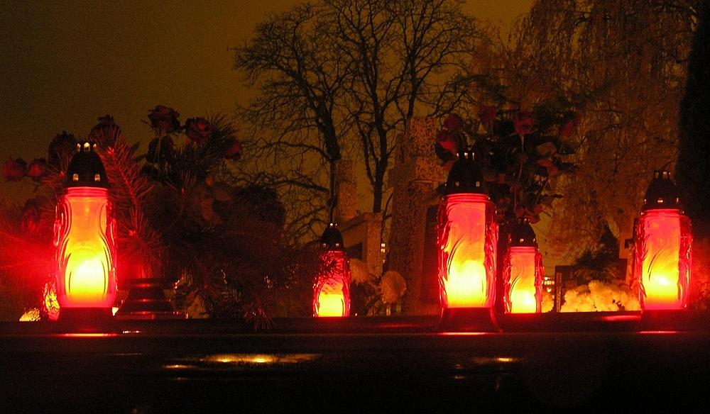 Procesje i msze święte na cmentarzach w Gnieźnie w dniu Wszystkich Świętych