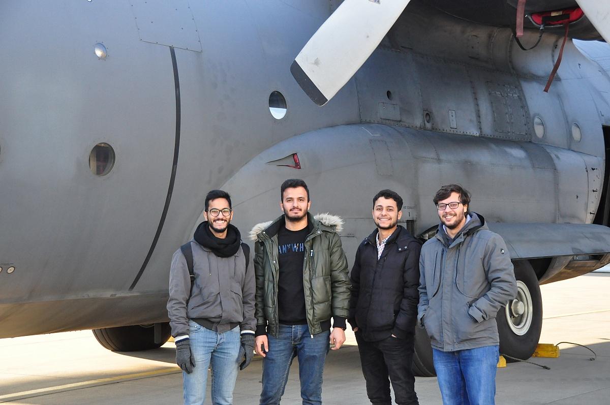 Międzynarodowa grupa studentów z Politechniki Poznańskiej odwiedziła 33. Bazę Lotnictwa Transportowego w Powidzu