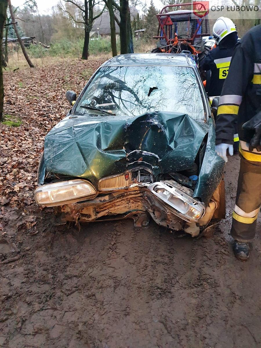 Uderzył czołowo w drzewo! Na miejsce wezwano śmigłowiec Lotniczego Pogotowia Ratunkowego