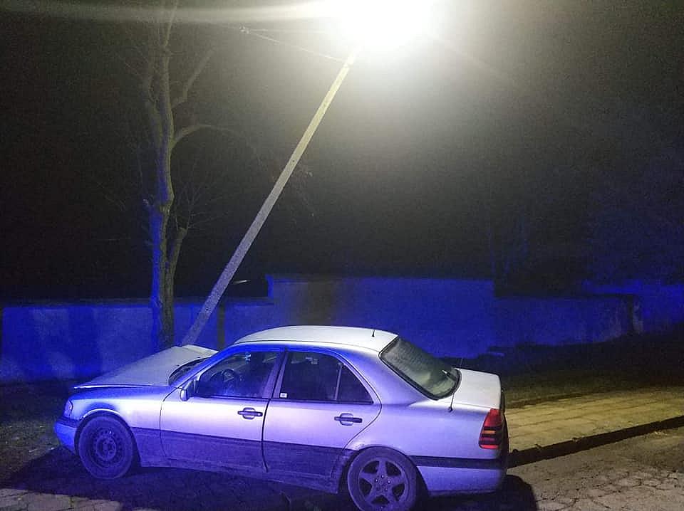 Ściął latarnię Mercedesem