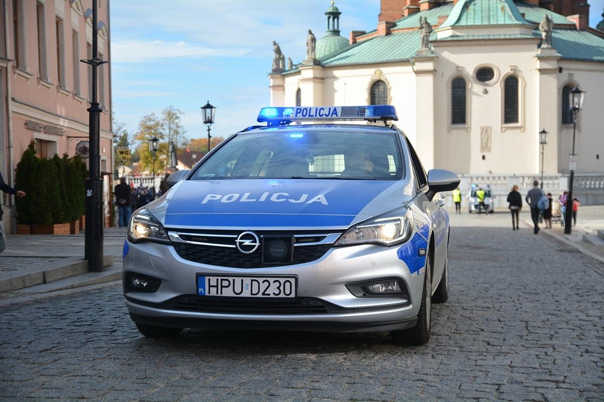 Kilka radiowozów Policji pod kościołem w Kędzierzynie! W świątyni było zbyt wiele osób