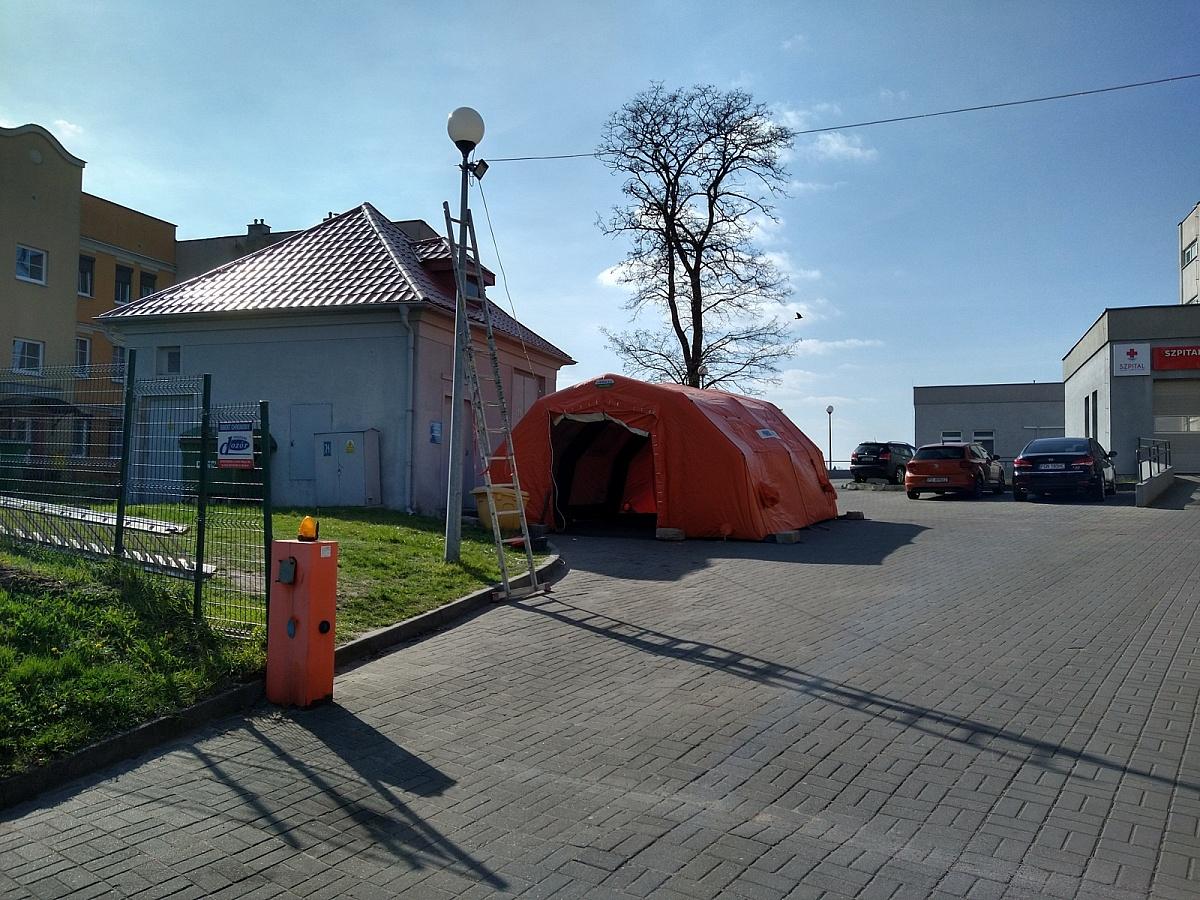 Przed gnieźnieńskim szpitalem rozstawiono namiot techniczny