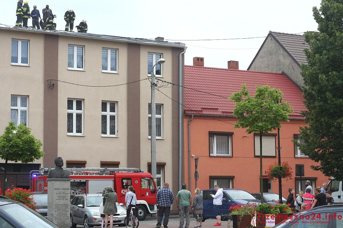 Pożar na dachu kamienicy w Trzemesznie